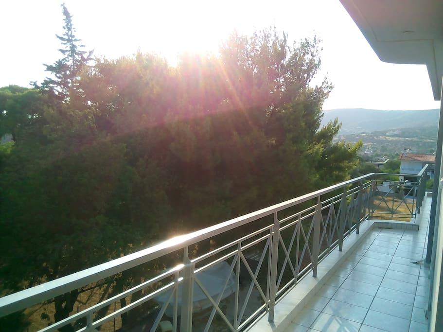 Θέα από το πλαϊνό μπαλκόνι