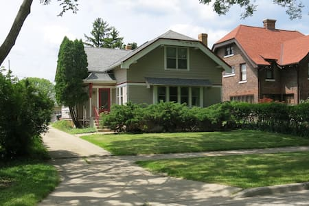 Unique Master in Peaceful, Light-filled Bungalow - Shorewood - Hus