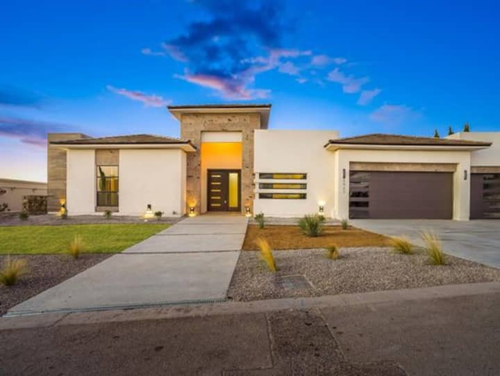 STAY IN STYLE WITH THIS LUXURIOUS HOME IN THE 915