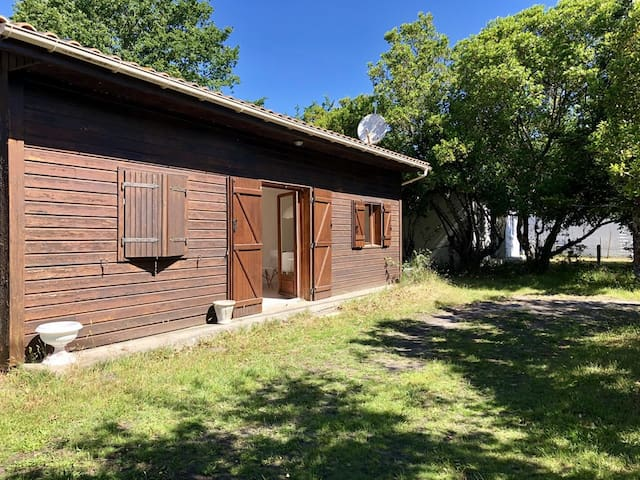Chalet 600 meters from Lake Hourtin for 4 people