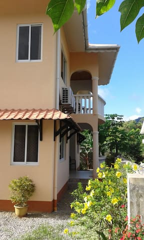 Villa Cachee, safe,5 mins walk to BeauVallon beach