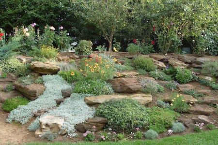 Chambre au calme, vue sur jardin - La Bazoge