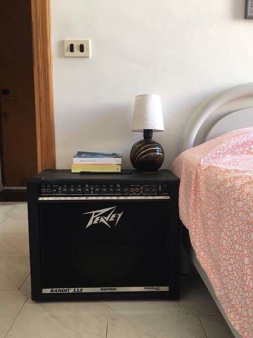 È un po' comodino e un po' amplificatore! Puoi attaccarci la chitarra e farci sentire quanto sei rock!