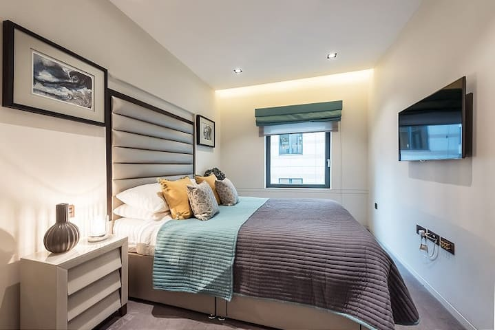 Upscale Piccadilly Apartment