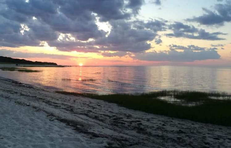 Cottage w/Apt, Walk to Bay Beach Sleeps 12 $2900wk - Brewster