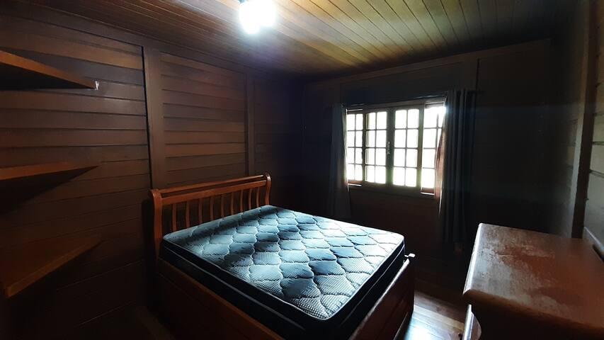 Quarto 2 com cama de casal e cama de solteiro anexo