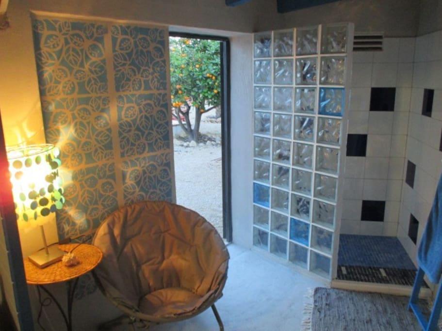 Caba a de madera en jardin huizen te huur in foia blanca for Cabanas en los arboles comunidad valenciana