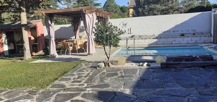 Habitación privada en chalet con jardín y piscina