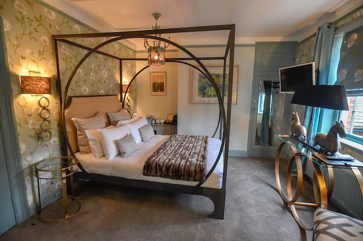 Room 2, Master Suite, The Kingsbury @ No8