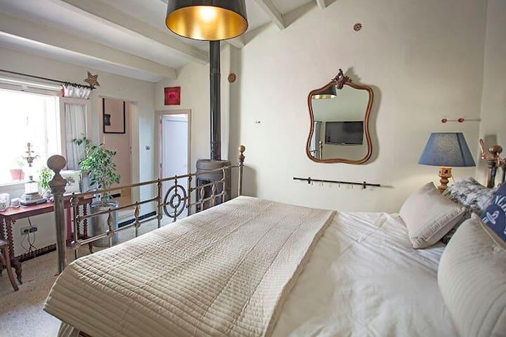 Hauptschlafzimmer mit Kamin und TV
