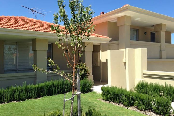Close to Beach and Fremantle - Spearwood - House