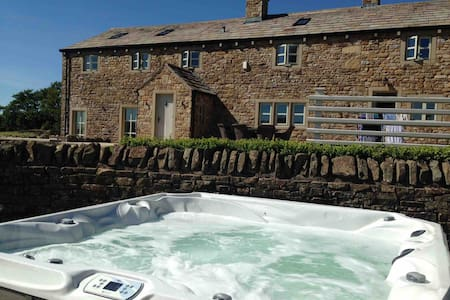 BEAUTIFUL BARN CONVERSION  - Hot Tub - Sleeps 16