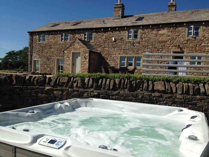 BEAUTIFUL BARN CONVERSION  - Hot Tub - Sleeps 14