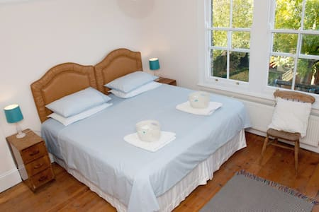 Super King Size bed or Twin Room in quiet house - Londra