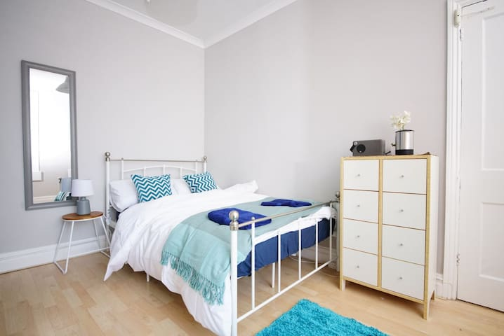 Private double room in period house with garden
