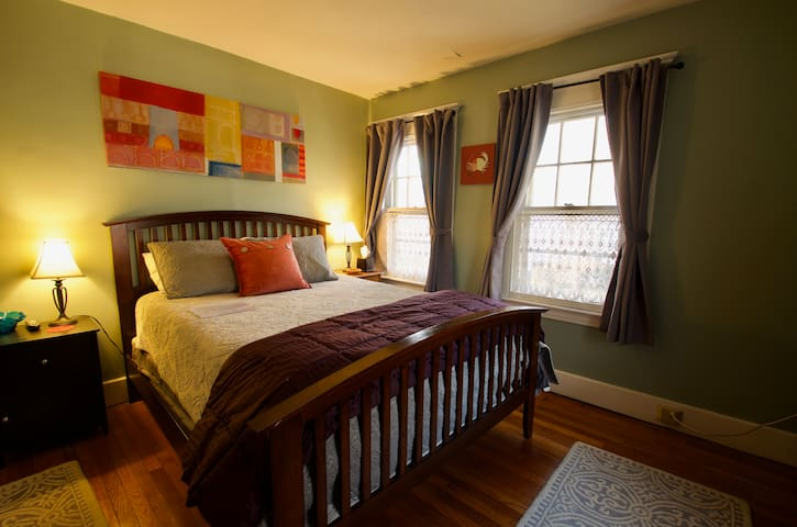 Location! lovely, quiet rooms close to Yale/ QU