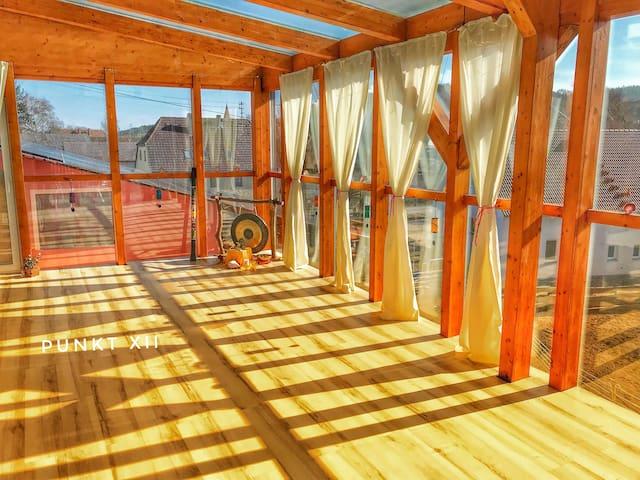 gemütliches Dachzimmer mit Seminarraum