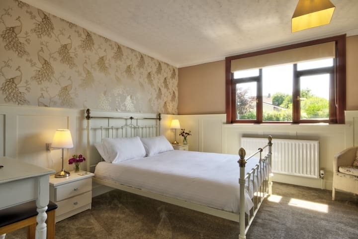 """Wordsworth - Superior Superking/Twin Room with Extra Long (6'6"""") Beds"""