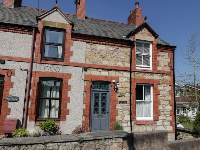 PRESWYLFA, character holiday cottage in Llangollen, Ref 939770