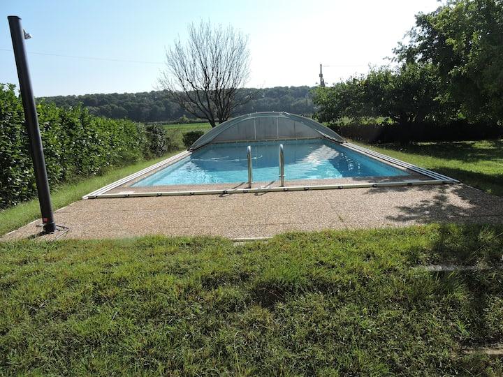 Loue haut de villa au calme piscine jardin arboré