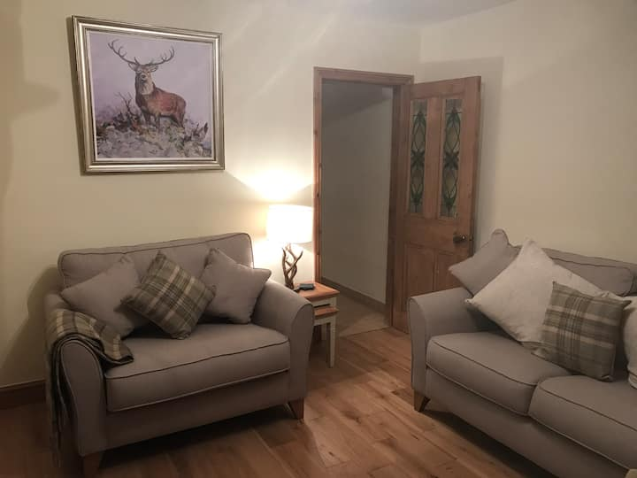 Cosy riverside cottage (Near Alton Towers)