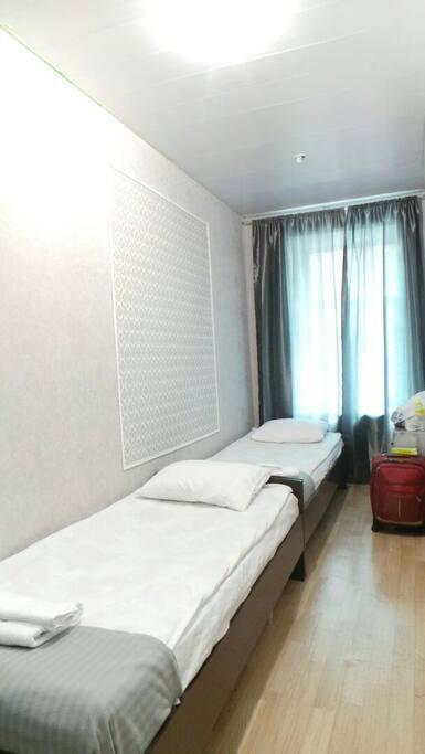 комната с 2 2-спальными кроватями, красивый вид из окна на улицу