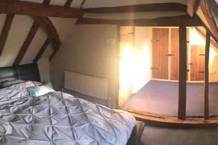 Superking sized bedroom, in Grade II Listed House - Tonbridge - Casa