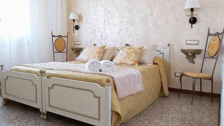 Venetian style Golden Room (close Train station)
