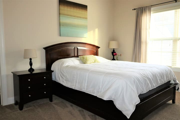 Private Room 3.8 miles from downtown