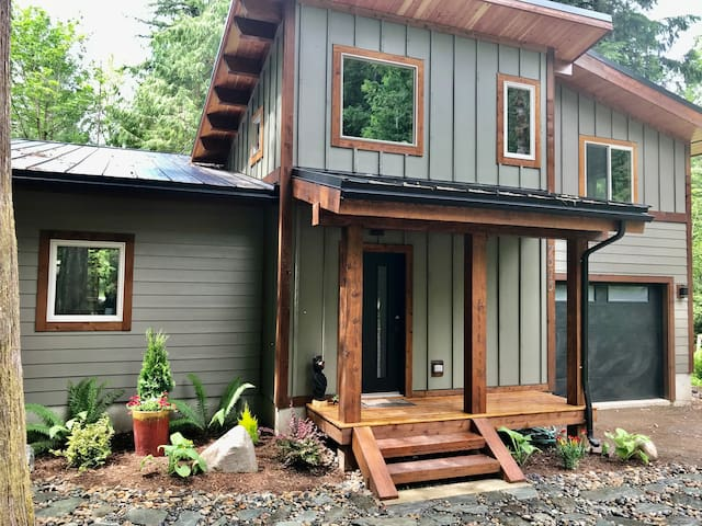 Brand new custom cabin in Glacier, The Timberhawk