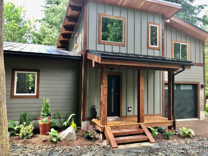 Brand new custom cabin in Glacier, The Timberhawk
