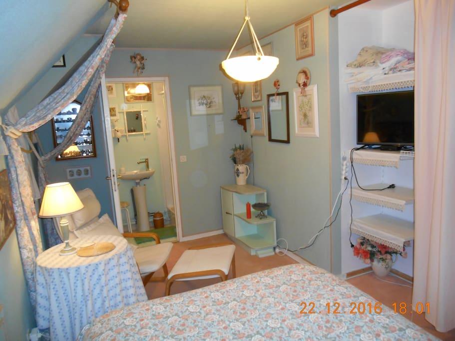 chambre avec wi-fi, TV, placard pour rangements, penderies,et douche, wc privatifs.