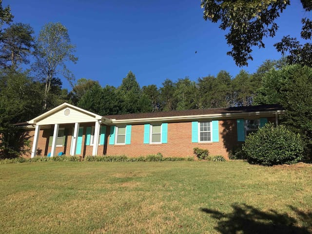 Traveler's Delight! *Game Room *4BD  *Very Private
