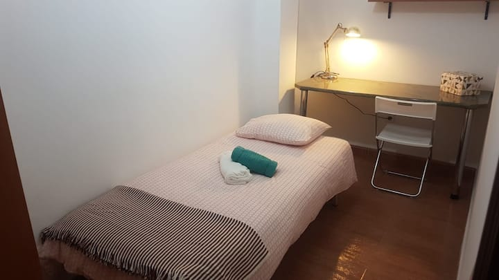 Budget Room in Superb 6-bed flat, 100m. City Centr