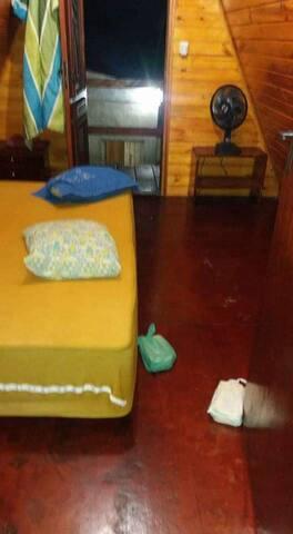 Quarto 1 ,uma cama de casal uma de solteiro e sacada com rede.