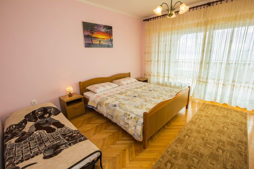 Bedroom 1 w/balcony