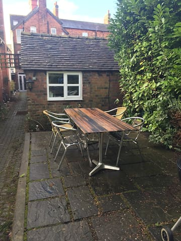 Outdoor studio flat with parking - Newport