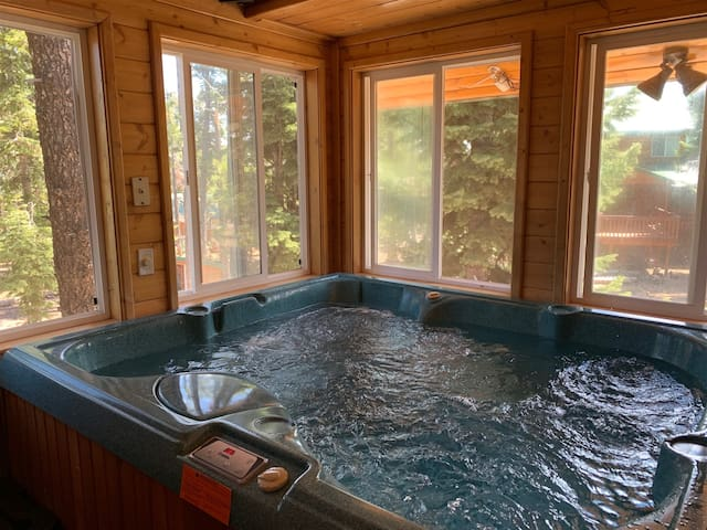 The Finch Nest, pet friendly log cabin sleeps 8 in beds with jacuzzi