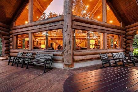 Lakefront w/ Pool, Sauna, JetSkis & Boat Rental!