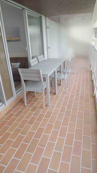 Balcon spacieux avec mobilier