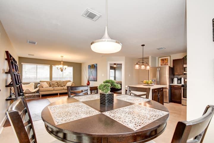 Your Getaway Modern Cozy Home Near IAH Airport