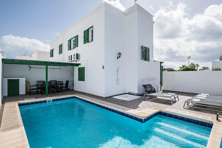 """Holiday Home """"Villa Los Cactus"""" close to the Sea with Pool, Wi-Fi, A/C, Balcony & Terrace; Parking Available"""