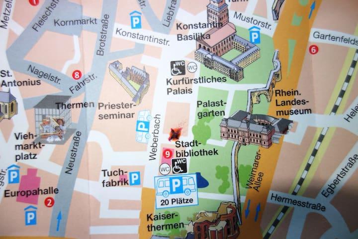 Zentral und ruhig (markiertes Kreuz am Palastgarten)