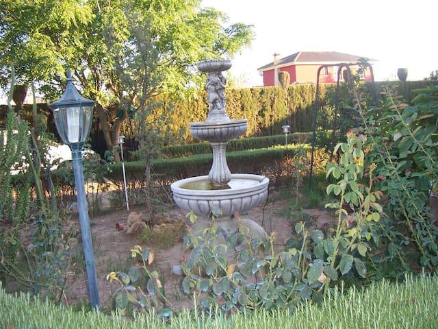 CHALET CON PISCINA Y ZONAS VERDES  EN  ALJARAFE - Palomares del Río - Dağ Evi