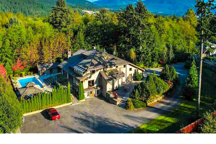 Private room in a big house with private garden - Squamish