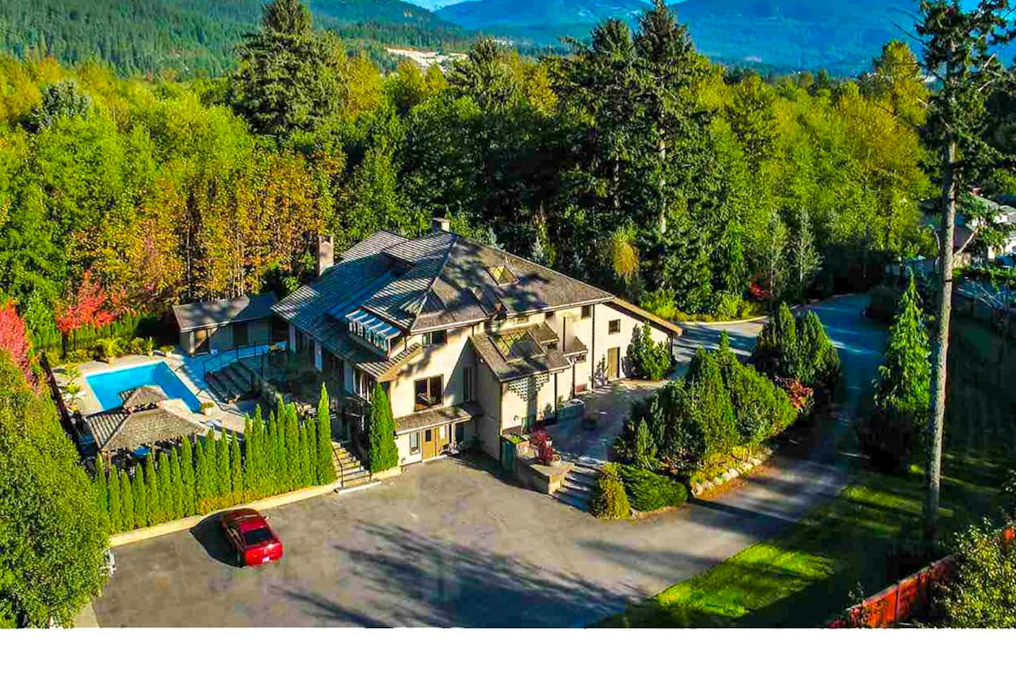 The big house you will stay in Squamish 您即将入住的海天别墅