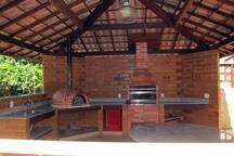 Área da churrasqueira e forno de pizza