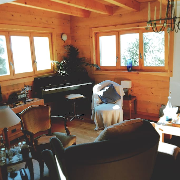 Living room with panoramic valley's view & piano.