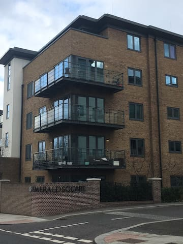 1 double bedroom in a 2 bed modern apartment.