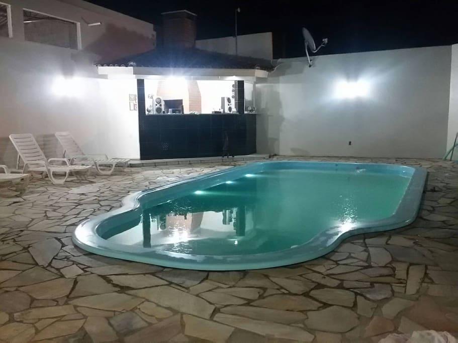 O uso da piscina é feito mediante reserva na chegada da sua hospedagem e implica em taxas adicionais.